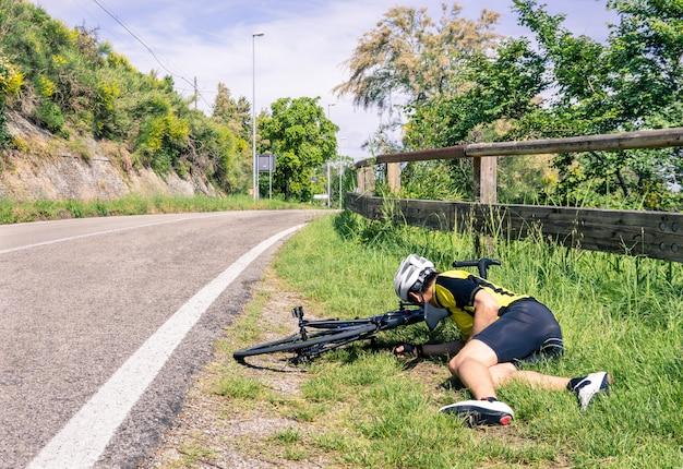 Wypadek Rowerowy Na Drodze - Rowerzysta Ma Kłopoty Premium Zdjęcia