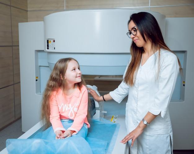 Wyposażenie Medyczne. Lekarz I Pacjent W Pokoju Mri Premium Zdjęcia