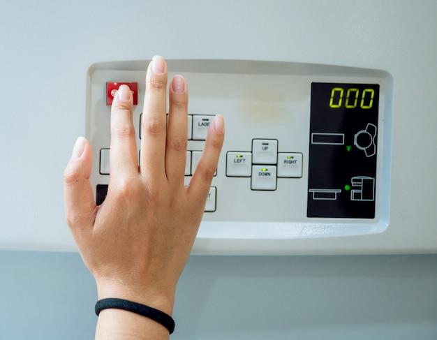 Wyposażenie Medyczne. Lekarz W Pokoju Mri W Szpitalu Premium Zdjęcia