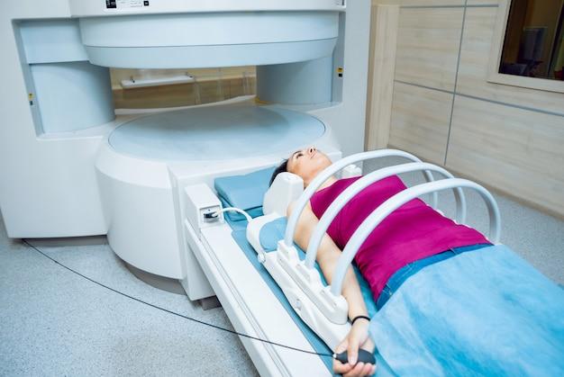 Wyposażenie Medyczne. Pacjent W Pokoju Mri W Szpitalu Premium Zdjęcia