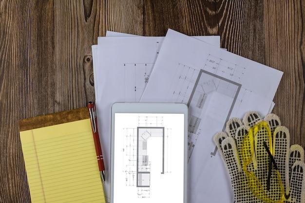 Wyposażenie Placu Budowy Na Inżyniera Papier Wśród Planu Planu Szafki Kuchennej Przestrzeni Roboczej W Cyfrowym Tablecie Premium Zdjęcia