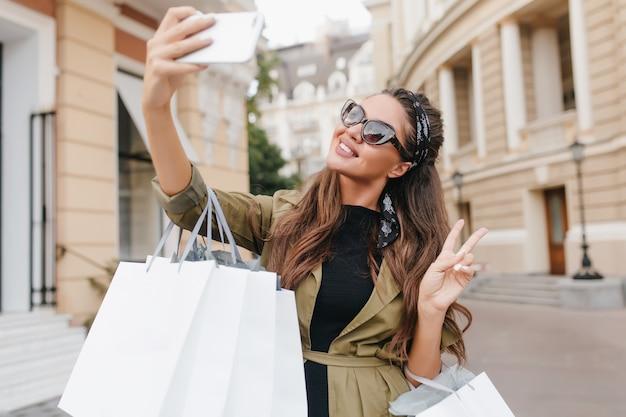 Wyrafinowana Fashionistka Bawiąca Się Podczas Zakupów I Robienia Selfie Darmowe Zdjęcia