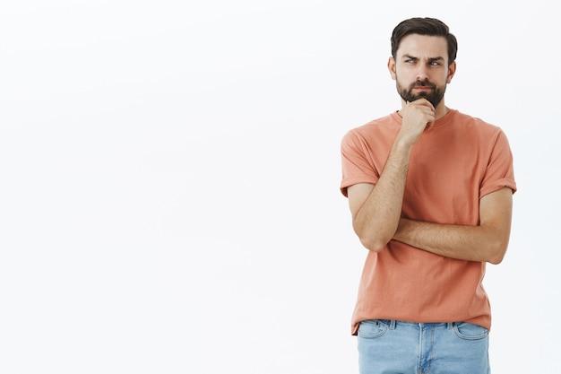 Wyrazisty Brodacz W Pomarańczowej Koszulce Darmowe Zdjęcia