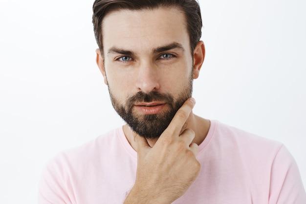 Wyrazisty Brodacz W Różowej Koszulce Darmowe Zdjęcia