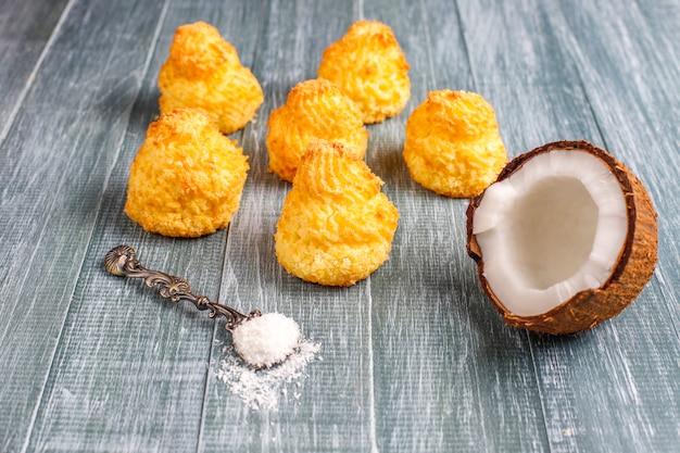 Wyśmienicie Domowej Roboty Kokosowi Macaroons Z świeżym Koksem, Odgórny Widok Darmowe Zdjęcia