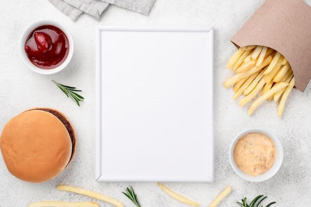 Wyśmienicie Hamburger I Frytki Na Stole Darmowe Zdjęcia