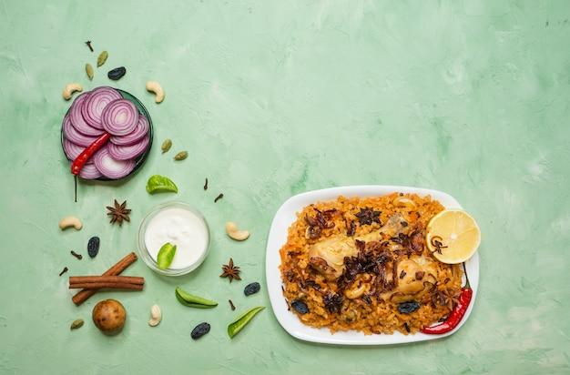 Wyśmienicie Pikantny Kurczak Biryani W Białym Pucharze Na Zielonym Tle, Jedzeniu Indyjskim Lub Pakistańskim. Premium Zdjęcia