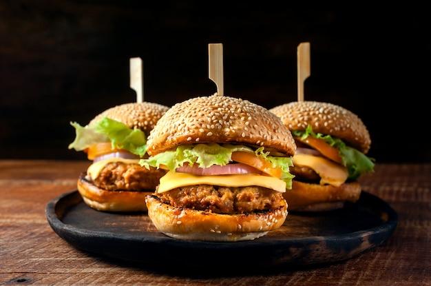 Wyśmienicie świeży Domowej Roboty Hamburger Na Drewnianym Talerzu Premium Zdjęcia