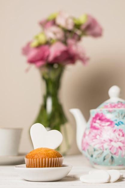 Wyśmienicie Tort Blisko Kwiatów I Teapot Darmowe Zdjęcia