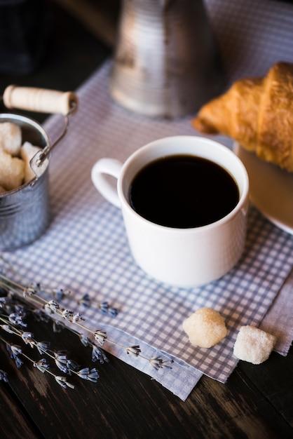 Wyśmienity kubek do kawy i rogalik Darmowe Zdjęcia