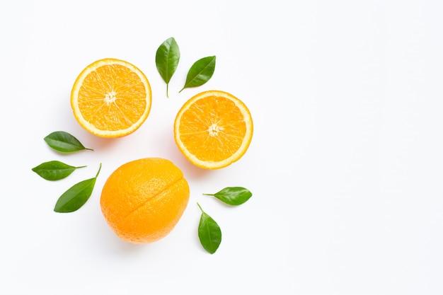 Wysoka witamina c. świeże owoce cytrusowe pomarańczowy z liśćmi na białym tle. Premium Zdjęcia