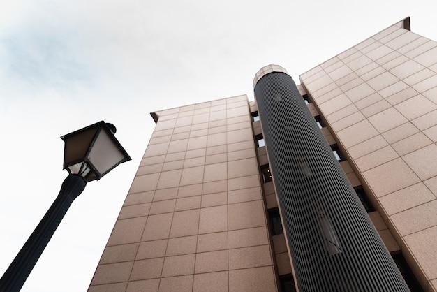 Wysoki Budynek Biznesowy, W Którym Firmy Odbywają Spotkania Biznesowe Z Klientami I Inwestorami. Premium Zdjęcia