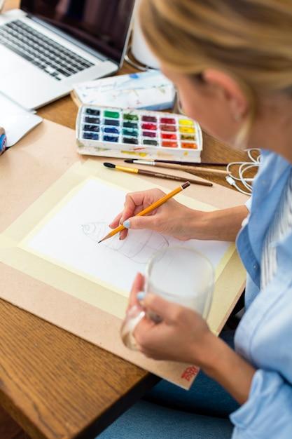 Wysoki kąt artysty rysunek na papierze Darmowe Zdjęcia