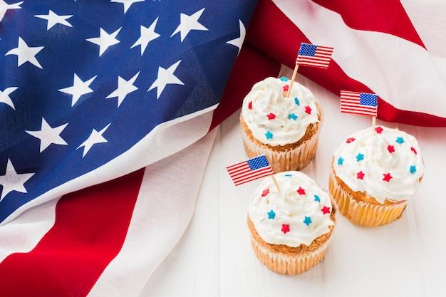 Wysoki Kąt Babeczki Z Amerykańskimi Flagami Darmowe Zdjęcia