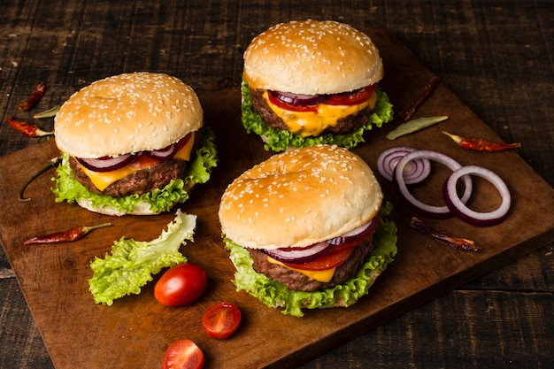 Wysoki kąt burgerów na drewnianej tacy Darmowe Zdjęcia