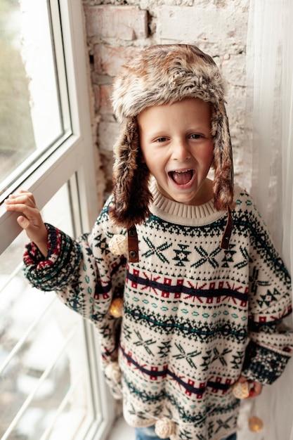 Wysoki kąt buźki dzieci z pozowanie ciepłe ubrania Darmowe Zdjęcia
