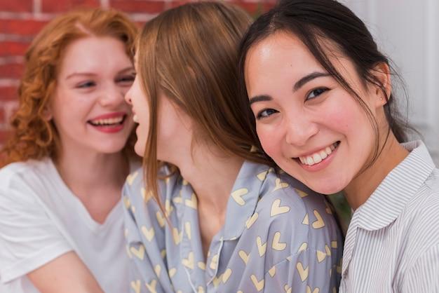 Wysoki kąt buźki dziewczyny na imprezie pijama Darmowe Zdjęcia