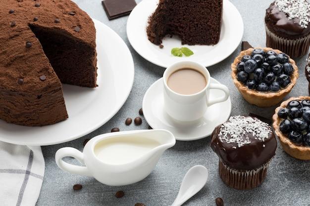 Wysoki Kąt Ciasta Czekoladowego Z Tartami Jagodowymi I Kawą Darmowe Zdjęcia
