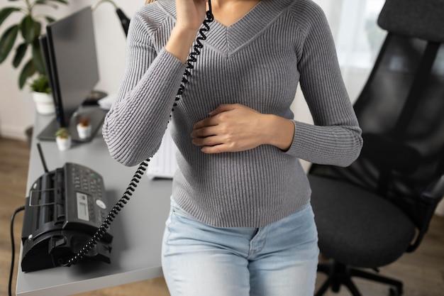 Wysoki Kąt Ciąży Businesswoman Rozmawia Przez Telefon W Biurze Darmowe Zdjęcia