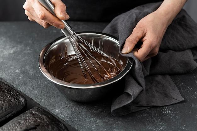 Wysoki Kąt Cukiernik Przygotowuje Ciasto Czekoladowe Darmowe Zdjęcia