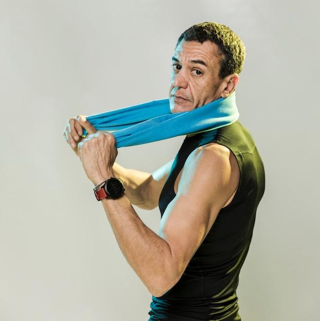 Wysoki Kąt Człowieka Z Ręcznikiem Darmowe Zdjęcia