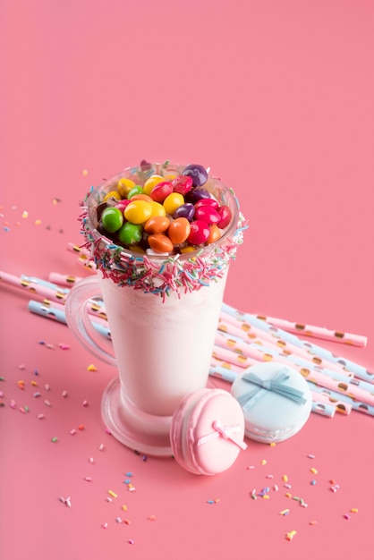 Wysoki Kąt Deseru Z Kolorowymi Cukierkami I Słomkami Darmowe Zdjęcia