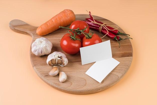 Wysoki Kąt Deski Do Krojenia Z Pomidorami I Czosnkiem Darmowe Zdjęcia