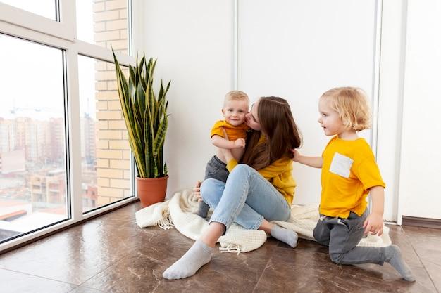 Wysoki Kąt Dla Dzieci I Matki W Domu Darmowe Zdjęcia