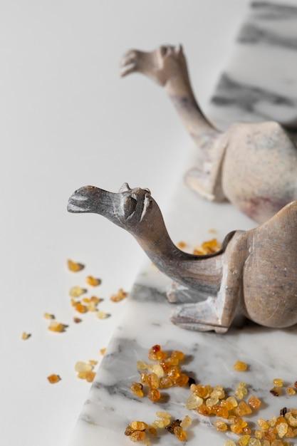 Wysoki Kąt Figurki Wielbłąda Z Rodzynkami Darmowe Zdjęcia