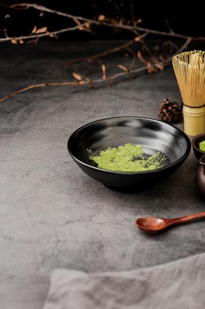 Wysoki Kąt Herbaty W Proszku Matcha W Misce Z Drewnianą łyżką Darmowe Zdjęcia