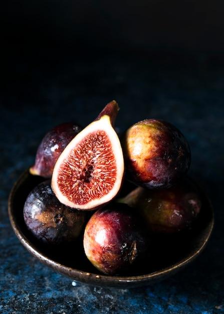 Wysoki Kąt Jesiennych Fig Na Talerzu Darmowe Zdjęcia