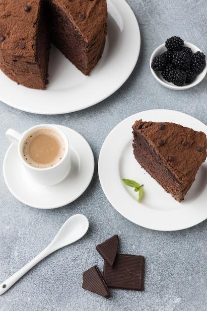 Wysoki Kąt Kawałek Ciasta Czekoladowego Z Kawą I Miętą Darmowe Zdjęcia