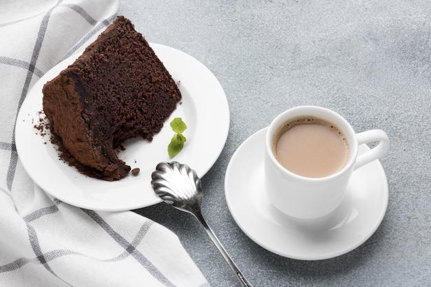 Wysoki Kąt Kawałek Ciasta Czekoladowego Z Kawą Darmowe Zdjęcia