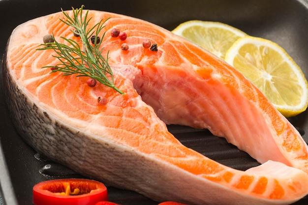 Wysoki Kąt łososia I Cytryny Na Patelni Premium Zdjęcia