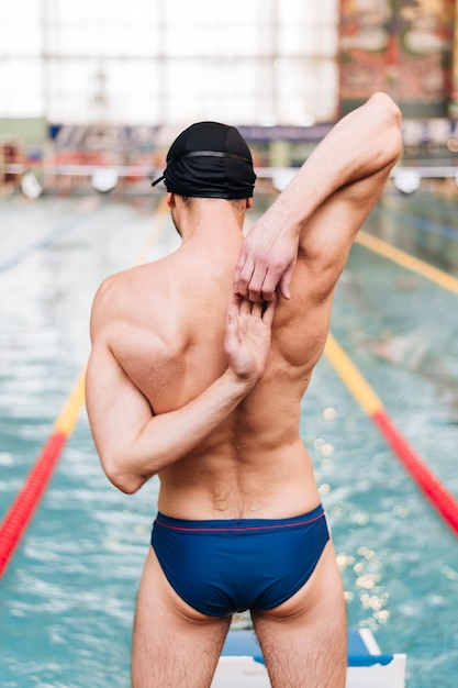 Wysoki kąt męski rozciąganie przed pływaniem Darmowe Zdjęcia
