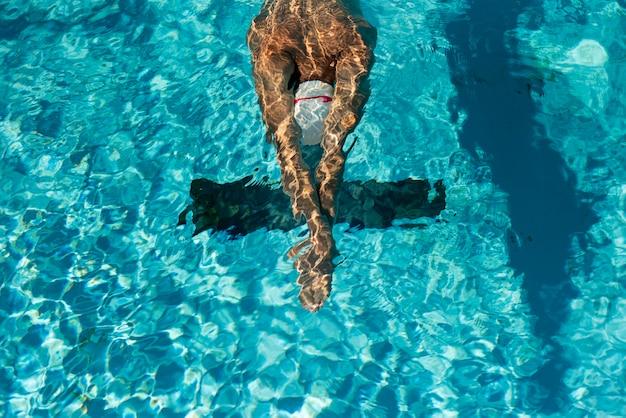 Wysoki Kąt Męskiego Pływaka W Basenie Z Wodą Darmowe Zdjęcia