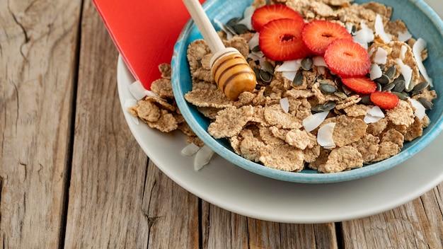 Wysoki Kąt Miski Z Owocami I Płatkami śniadaniowymi Darmowe Zdjęcia