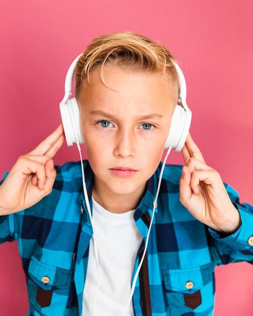 Wysoki kąt młody chłopak ze słuchawkami Darmowe Zdjęcia