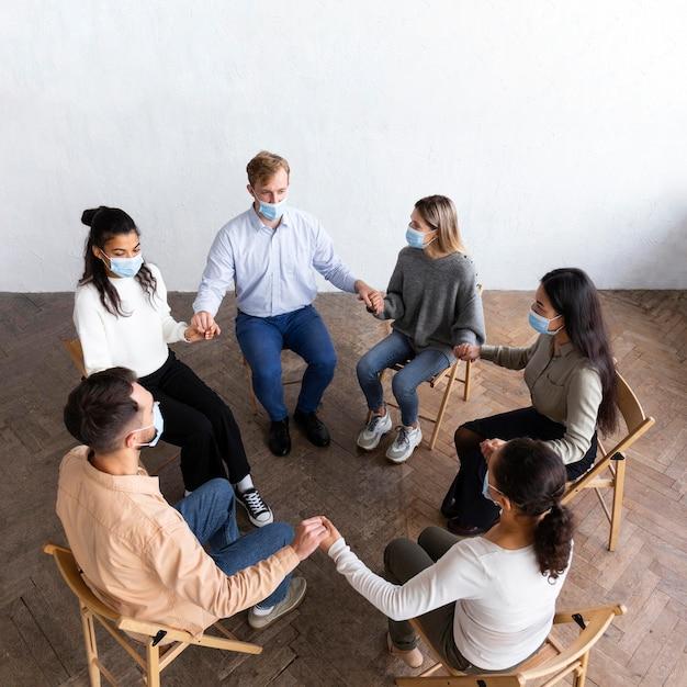 Wysoki Kąt Osób W Sesji Terapii Grupowej Darmowe Zdjęcia