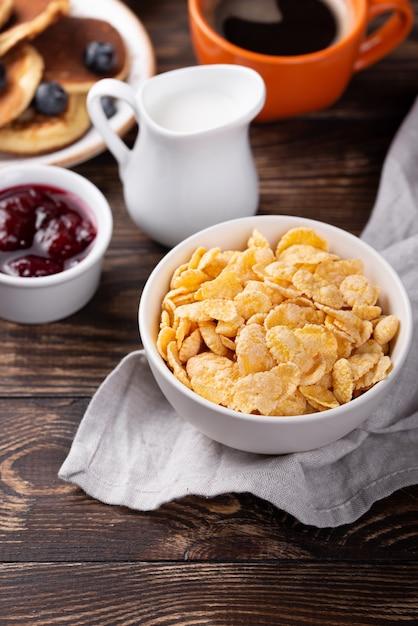 Wysoki Kąt Płatków Kukurydzianych Na śniadanie W Misce Z Mlekiem I Dżemem Darmowe Zdjęcia