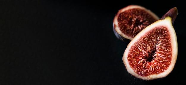 Wysoki Kąt Połówki Fig Jesienią Z Miejsca Na Kopię Premium Zdjęcia