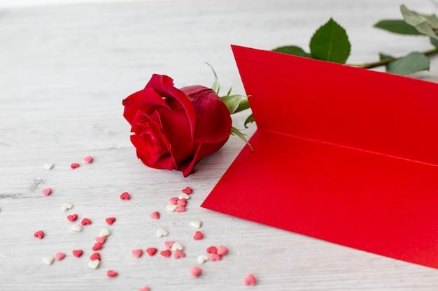 Wysoki Kąt Róży Z Papieru I Serca Na Walentynki Darmowe Zdjęcia