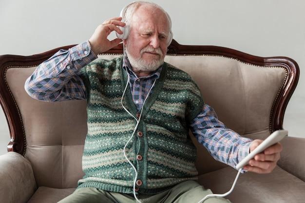 Wysoki Kąt Starszy Odtwarzanie Muzyki Na Telefon Darmowe Zdjęcia