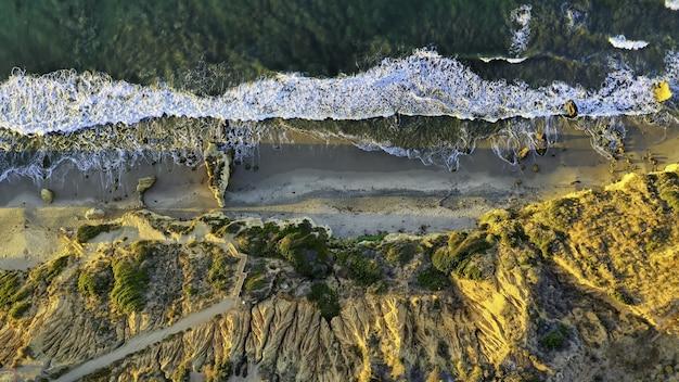 Wysoki Kąt Streszczenie Strzał Dzikiego środowiska Naturalnego Ze Skał I Drzew Darmowe Zdjęcia