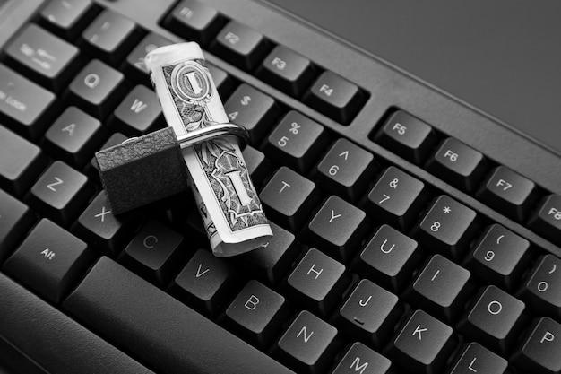 Wysoki Kąt Strzału Blokady Wokół Banknotu Dolarowego Na Czarnym Laptopie Darmowe Zdjęcia
