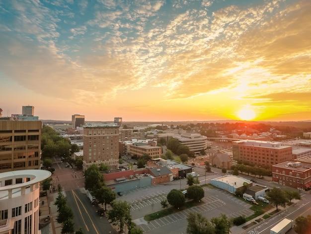 Wysoki Kąt Strzału Pięknego Miasta W Greenville W Południowej Karolinie Podczas Zachodu Słońca Darmowe Zdjęcia