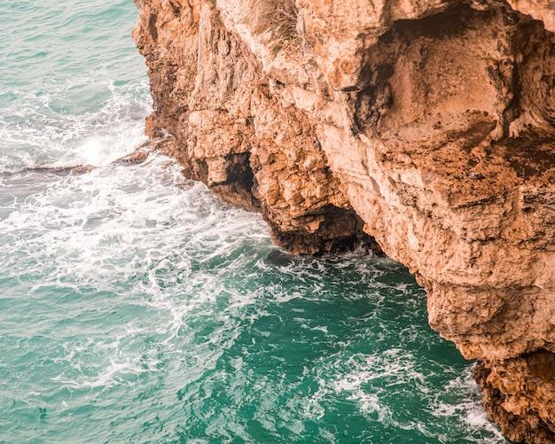 Wysoki Kąt Strzału Pięknych Skalistych Klifów Nad Oceanem Zrobione We Włoszech Darmowe Zdjęcia