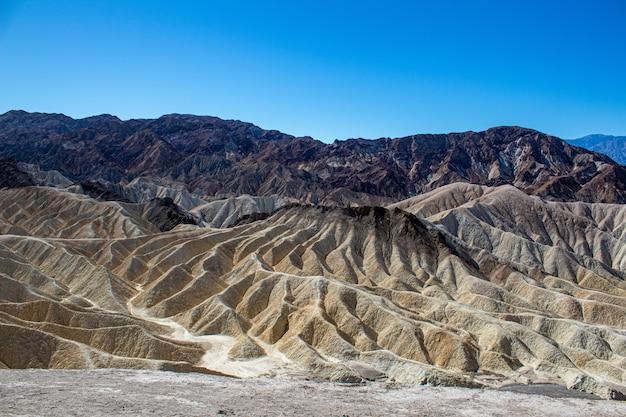 Wysoki Kąt Strzału Składanych Gór Skalistych W Death Valley National Park W Kalifornii, Usa Darmowe Zdjęcia
