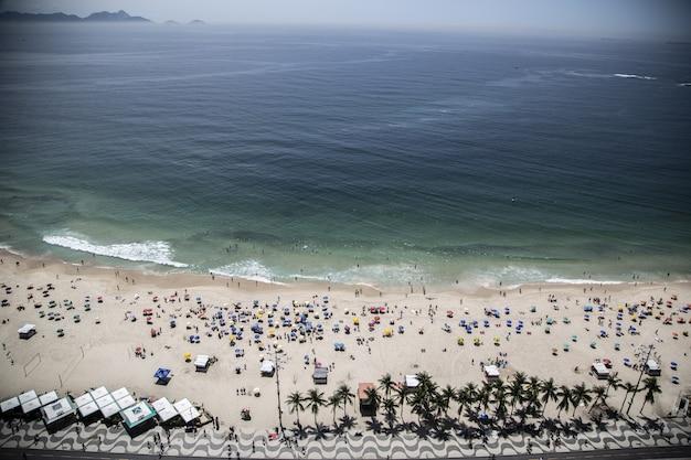 Wysoki Kąt Strzału Sugarloaf Mountain I Plaży W Pobliżu Błękitnego Morza W Rio W Brazylii Darmowe Zdjęcia