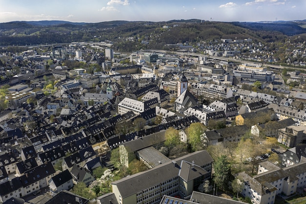 Wysoki Kąt Strzału Z Pięknego Miasta Otoczonego Wzgórzami Pod Błękitnym Niebem Darmowe Zdjęcia